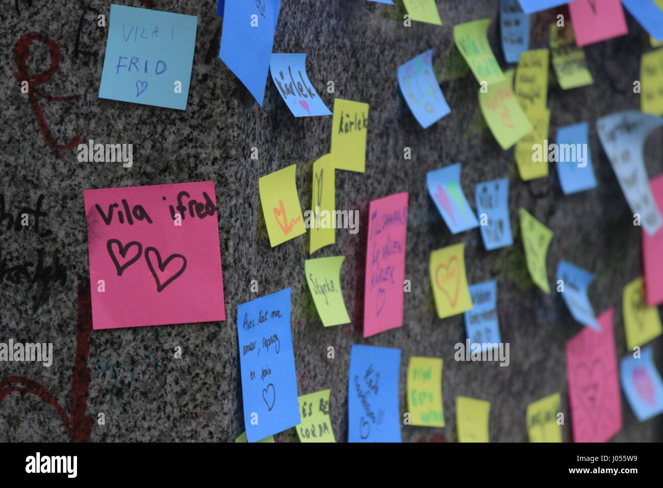 Colourful papers / sticky notes with hand-written condolences and expressive messages such as 'Rest in Peace' - Stock Image