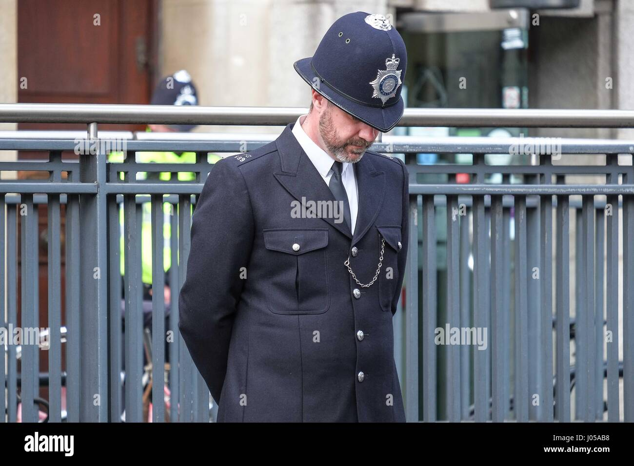 London, UK. 10th Apr, 2017. A Police Officer bows his head as the sevice begins. PC Keith Palmer was stabbed to - Stock Image