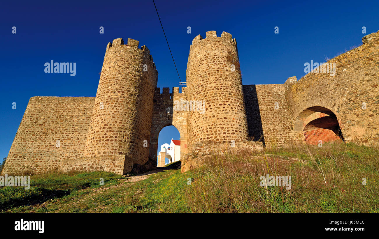 Portugal: Entrance and towers of medieval castle of Evoramonte - Stock Image