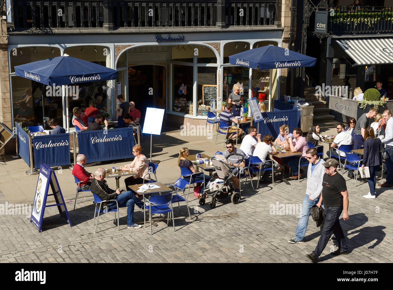 Alfresco dining outside the Chester branch of Carluccios restaurant - Stock Image