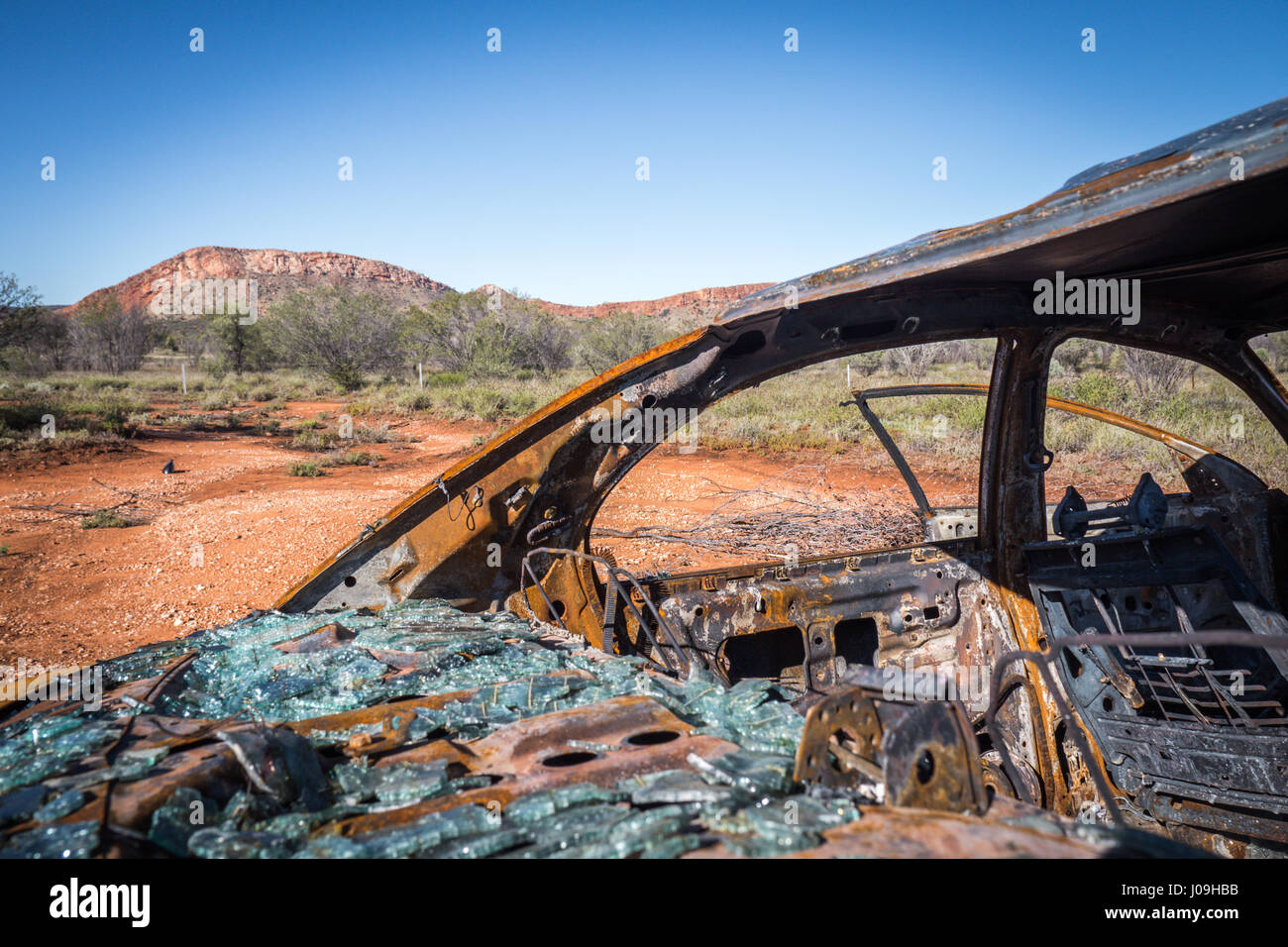Abandoned rusty car in MacDonnell Ranges - Stock Image