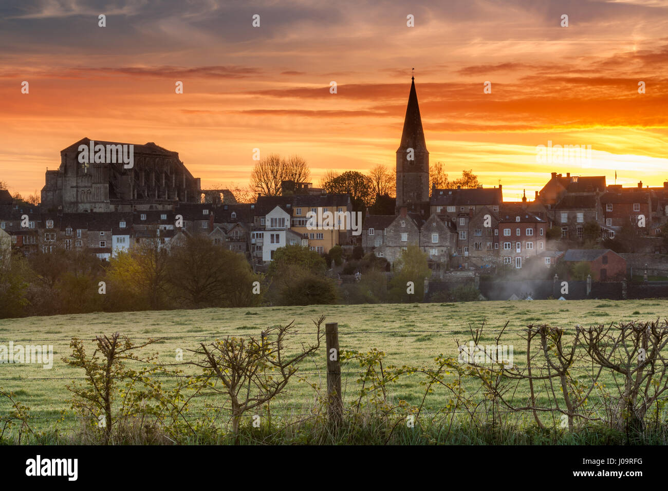 UK Weather - The overnight groundfrost melts away as the sun rises over the Wiltshire hillside town of Malmesbury, Stock Photo