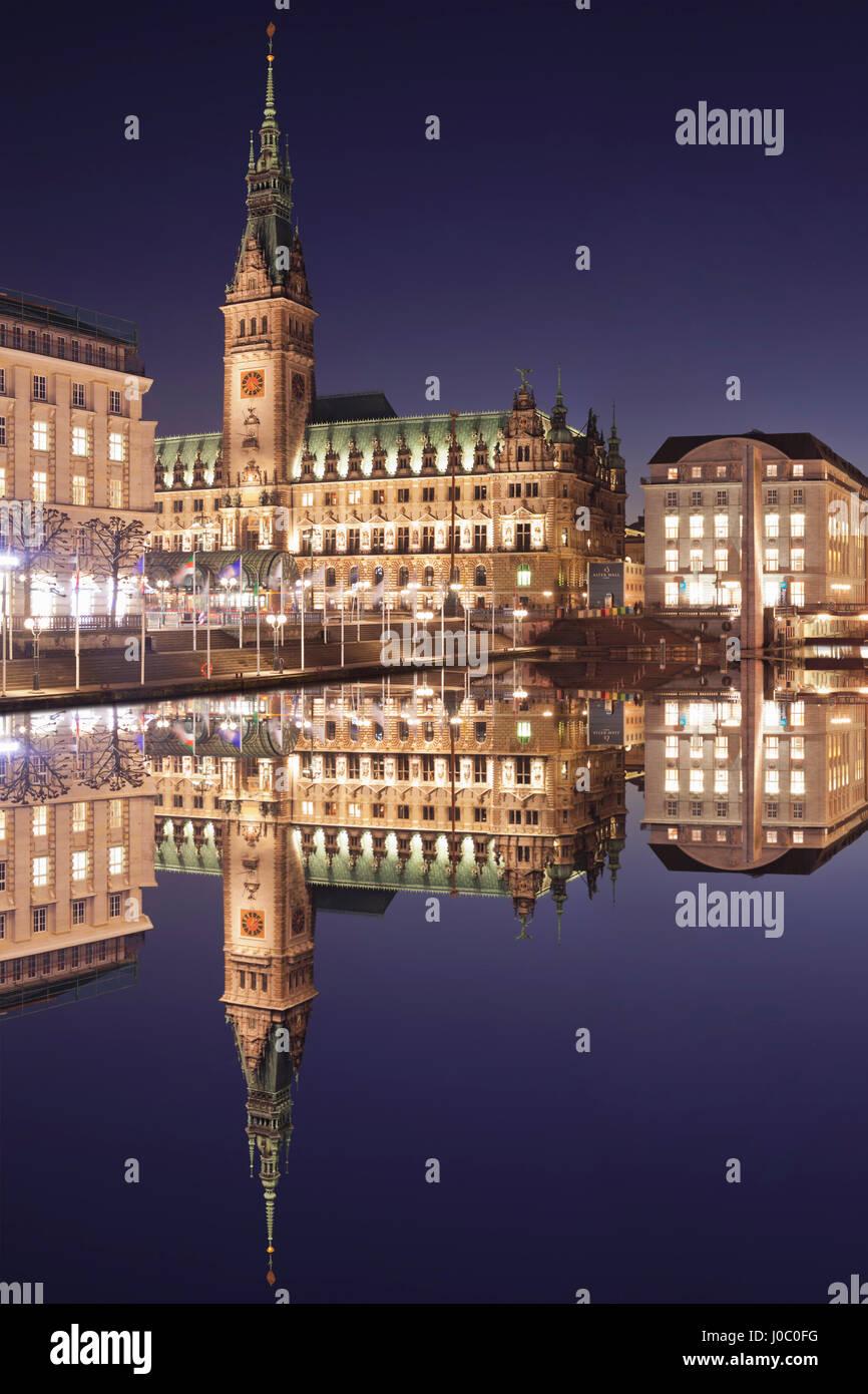 Rathaus (city hall) reflecting at Kleine Alster Lake, Hamburg, Hanseatic City, Germany - Stock Image