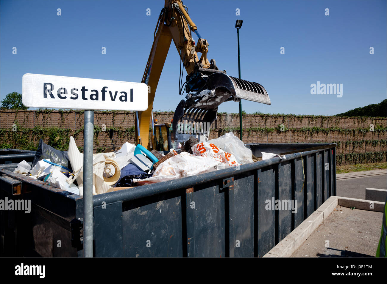 rest afval container in milieustraat Stock Photo