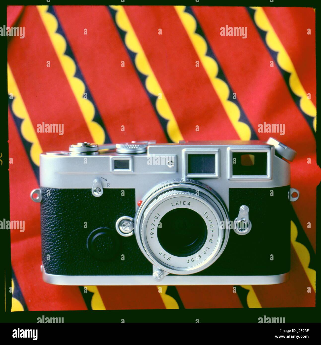 AJAXNETPHOTO. UNITED KINGDOM. -  CLASSIC LEICA CAMERA - NEW SPECIAL EDITION SILVER JUBILEE M6-J WITH ELMAR-M F/2.8 - Stock Image