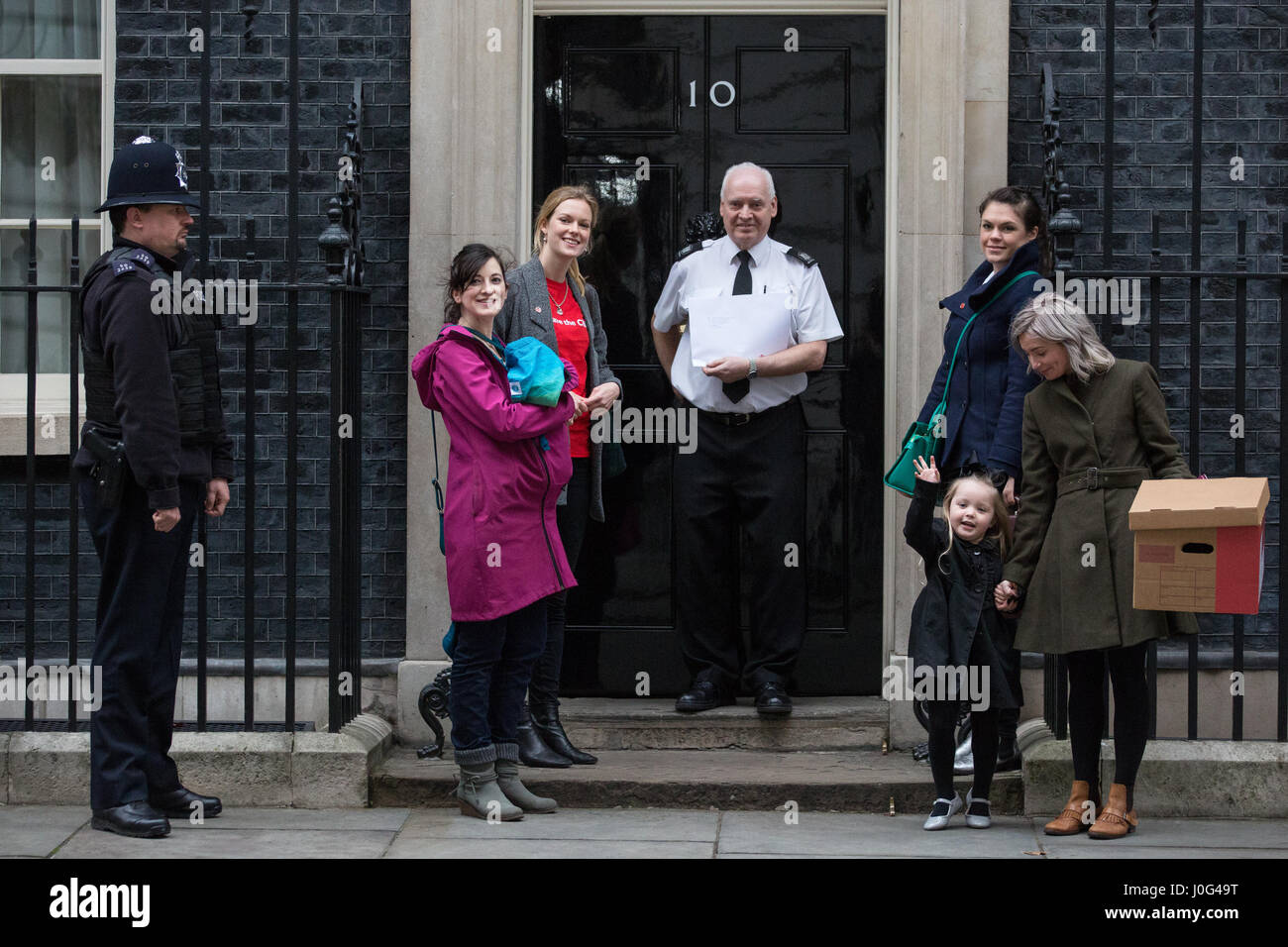 London, UK. 22nd February, 2017. Campaigners from Save The Children present a petition at 10 Downing Street for - Stock Image