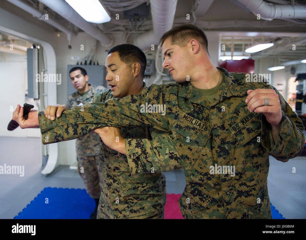 170410-N-ZQ712-0055 PACIFIC OCEAN (April 10, 2017) Marine Lance Cpl. Stefan Mcilrath (right) and Staff Sgt. Kaluaokal - Stock Image