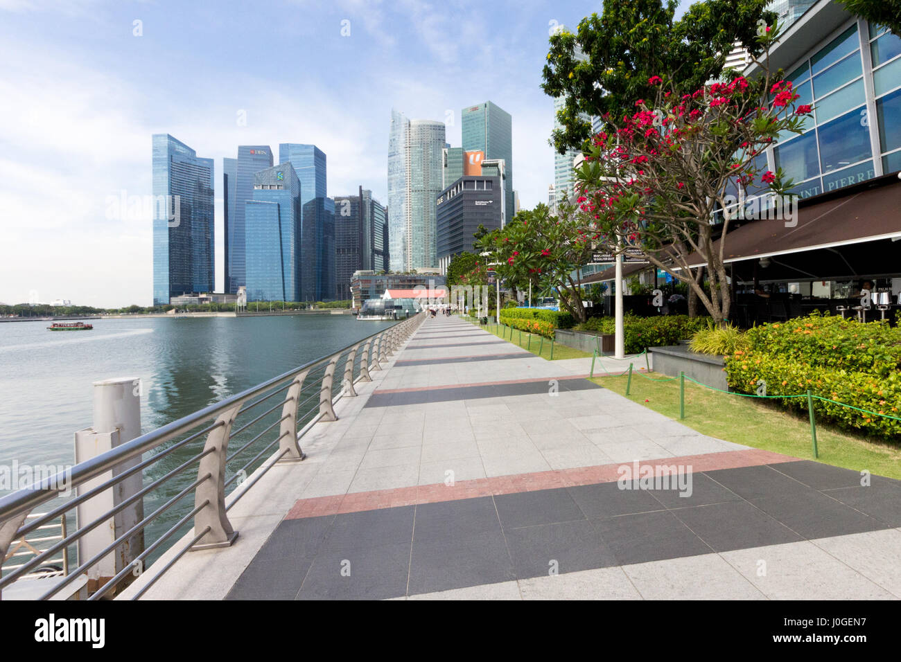 View along the promenad by the side of One Fullerton on COllyer Quay, Singapore - Stock Image