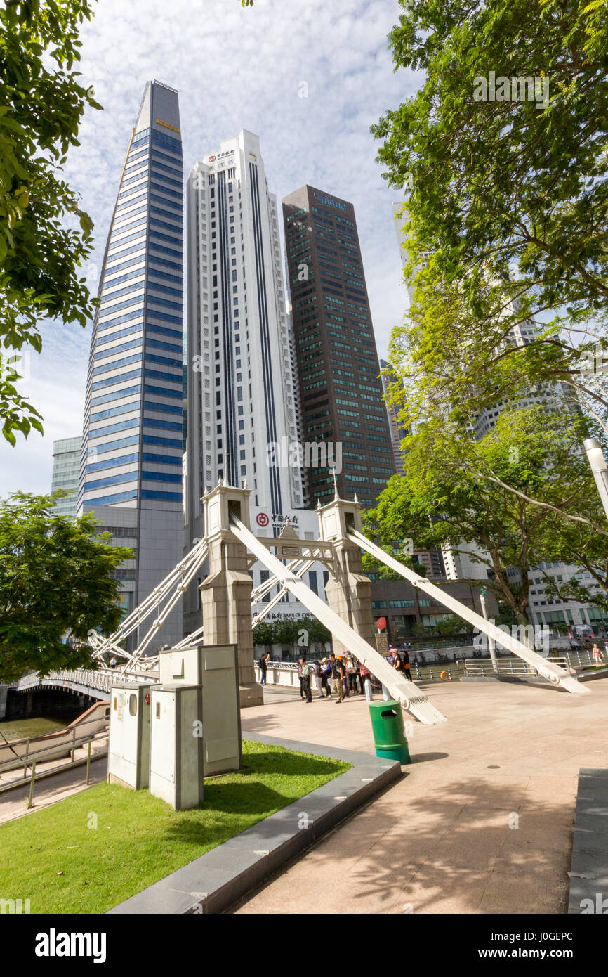 The Cavenagh bridge with the Bank of China and other buildings in the background. Taken from the Esplanade - Stock Image