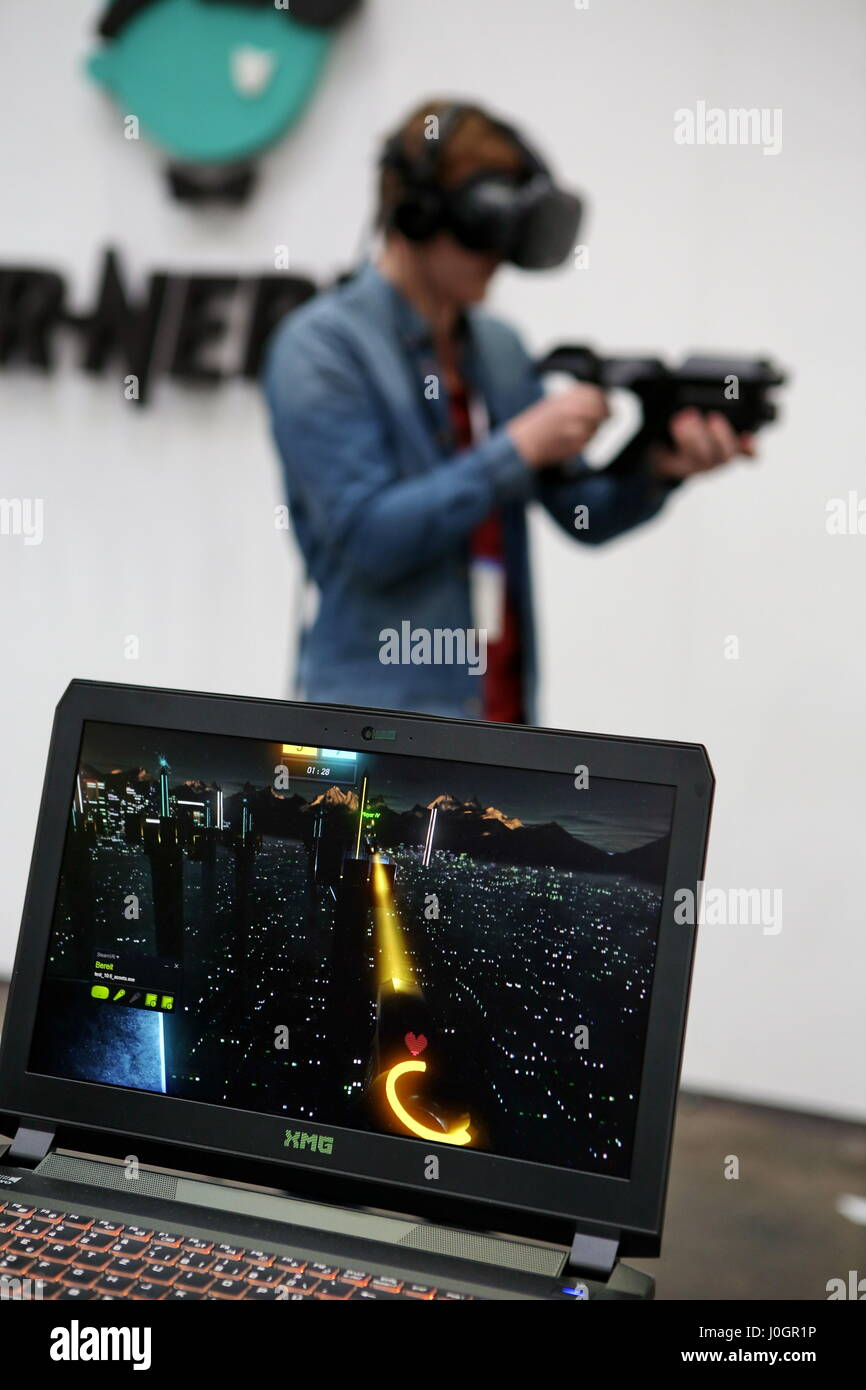 """Hanover, Germany. 21th March, 2017. Virtual Reality application - webblog """"VR-Nerds"""" demonstrates Virtual-Reality-Shooter-Game """"Tower Tag"""" (with Teamplay-Mode/PvP/coop), visitors can test it. CeBIT 2017, ICT trade fair, lead theme """"d!conomy - no limits"""". Photocredit: Christian Lademann Stock Photo"""