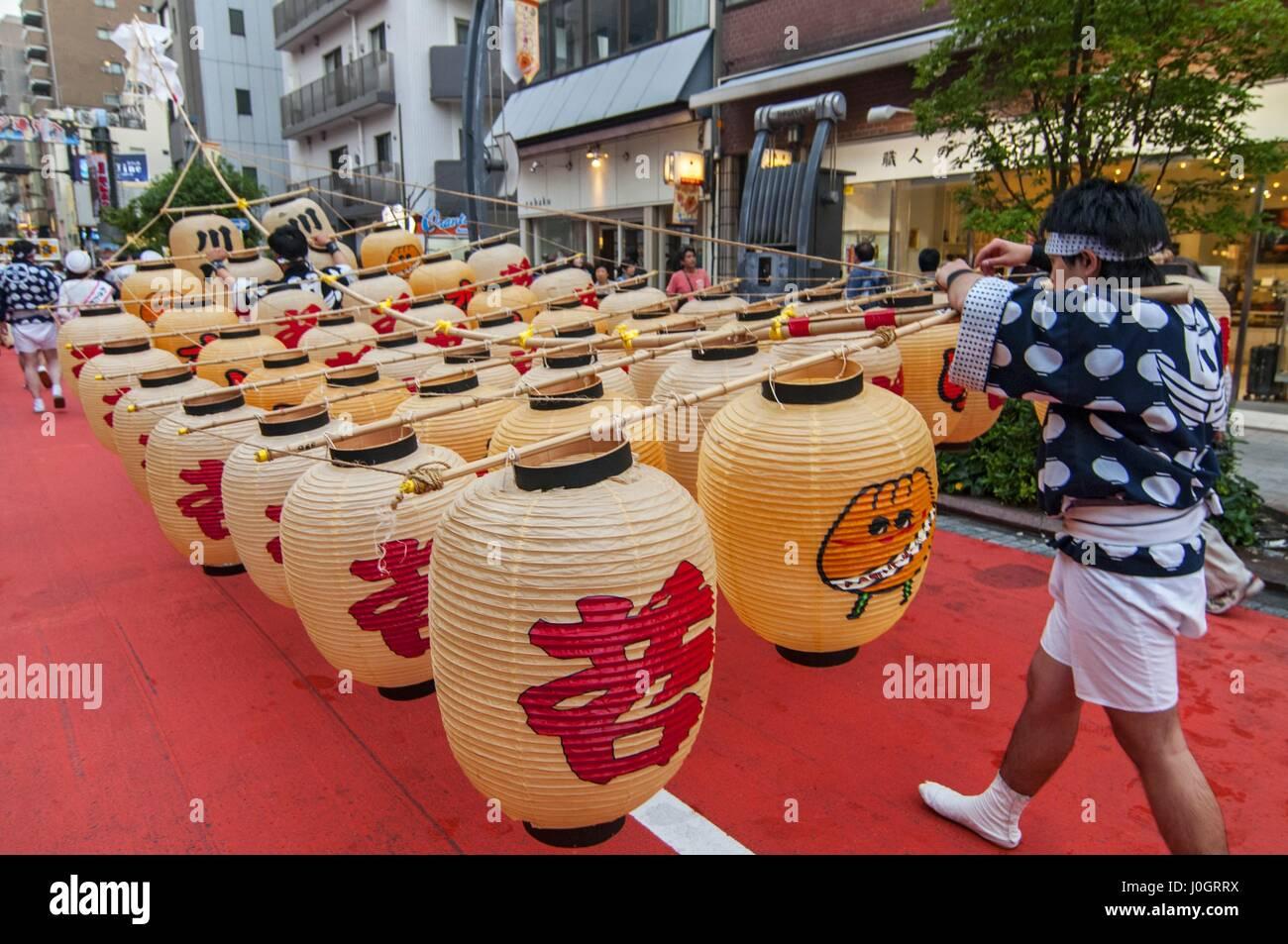 Lantern poles weighing up to 60 kilograms are balanced during the Kanto Matsuri festival in Akita Tokyo Japan - Stock Image