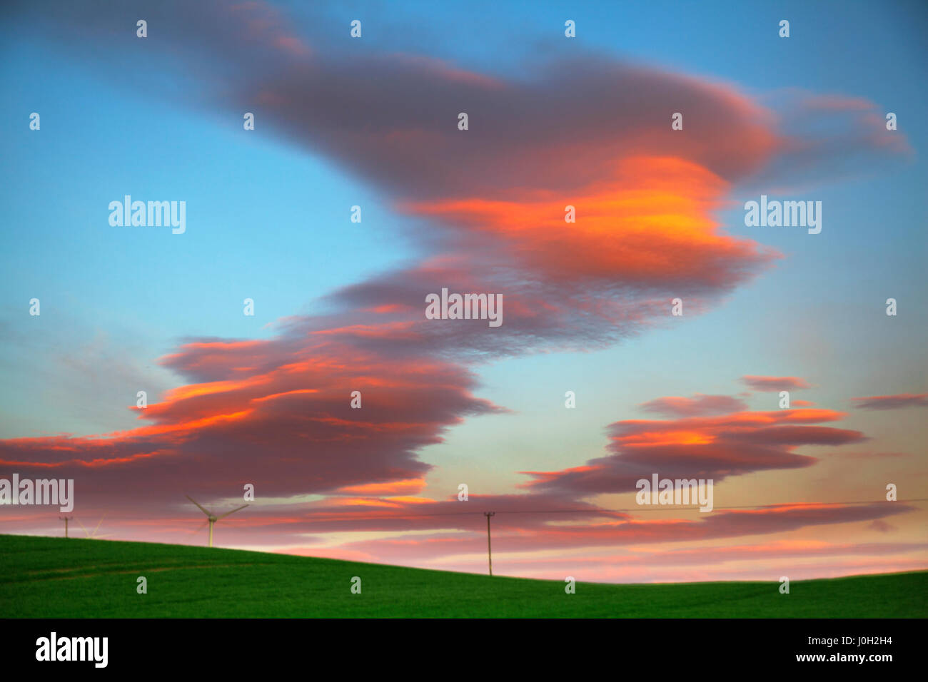 Stonehaven, Scotland, UK UK Weather. 13th April, 2017. Lenticular 'UFO' Clouds form at dawn. Lenticular - Stock Image