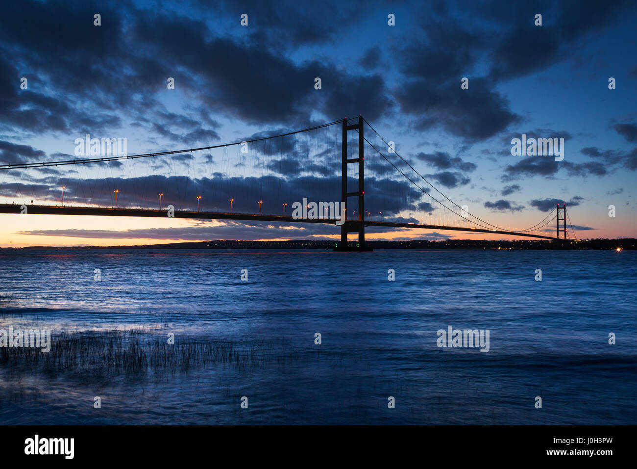 UK Weather: Barton-upon-Humber, North Lincolnshire, UK. 12th April 2017. The Humber Bridge at dusk. Credit: LEE - Stock Image