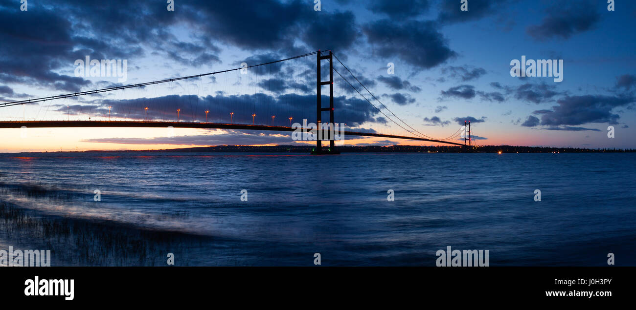 Barton-upon-Humber, North Lincolnshire, UK. 12th April 2017. The Humber Bridge at dusk. Credit: LEE BEEL/Alamy Live - Stock Image