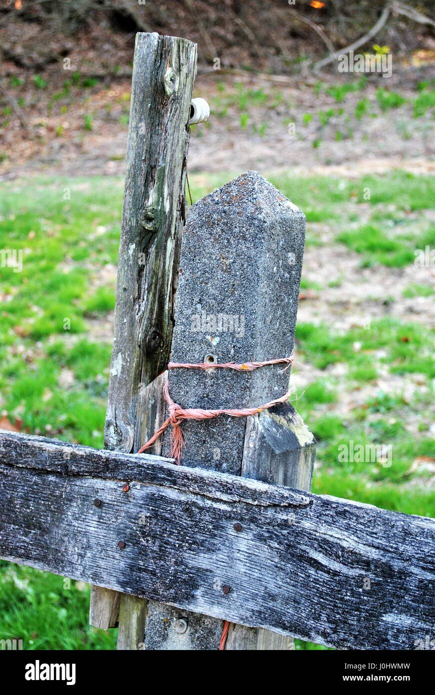 Cement post holding up fence Stock Photo: 138076313 - Alamy