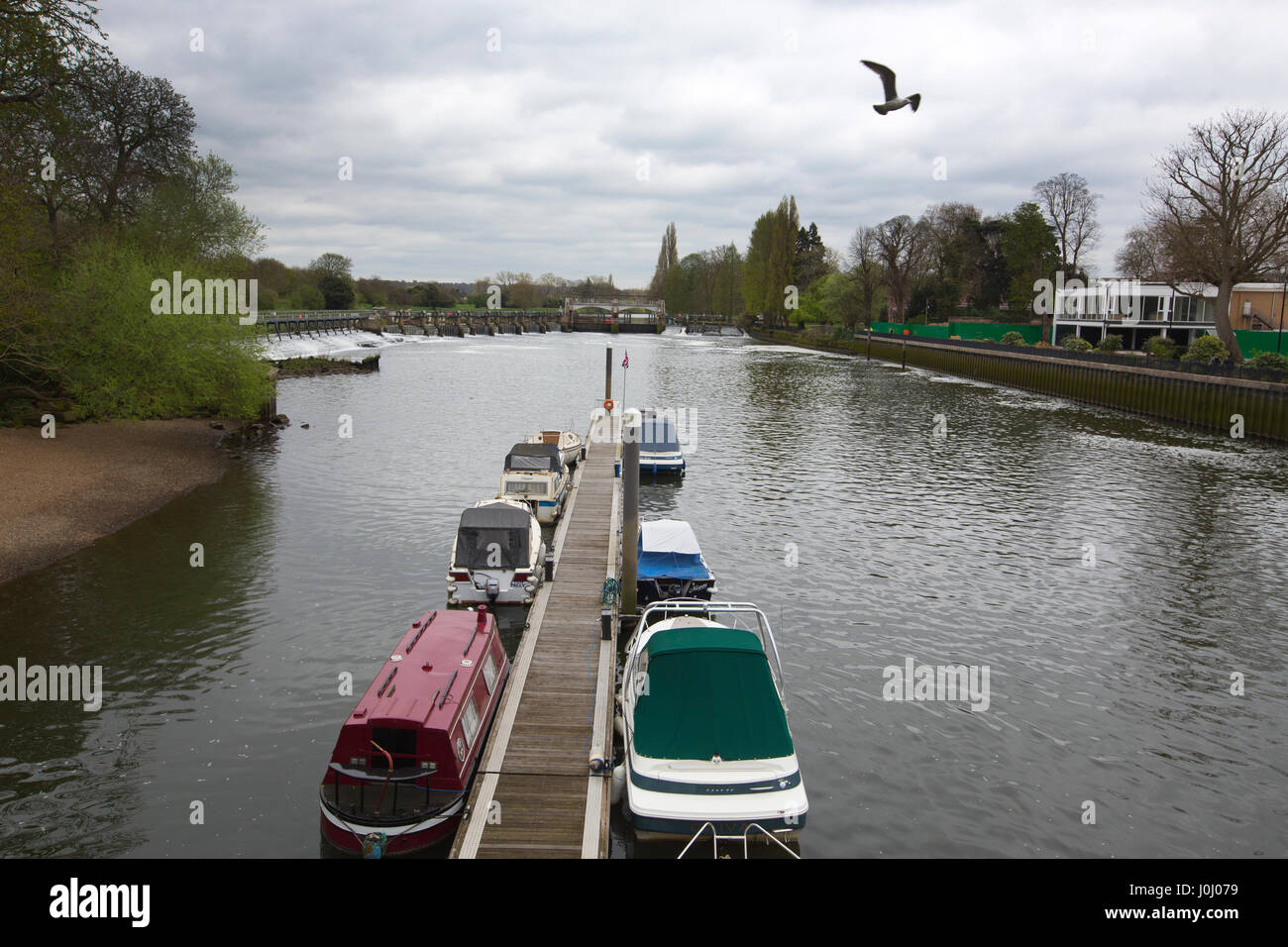The Thames Path, Teddington Weir and Lock to Richmond along the south side of the River Thames, Royal Borough of Stock Photo