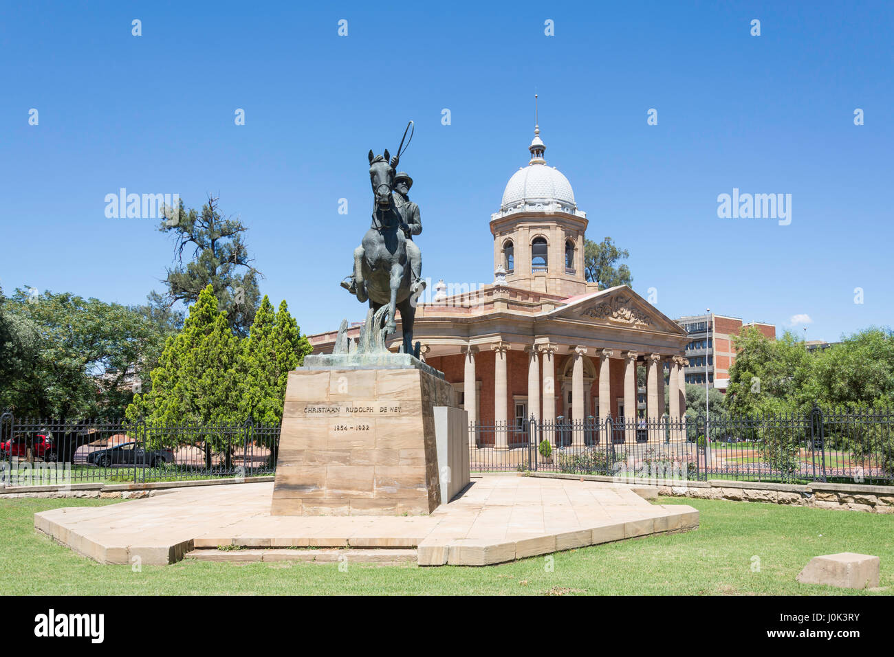 The Fourth Raadsaal and Christiaan de Wet statue, President Brand Street, Bloemfontein, Free State Province, Republic - Stock Image