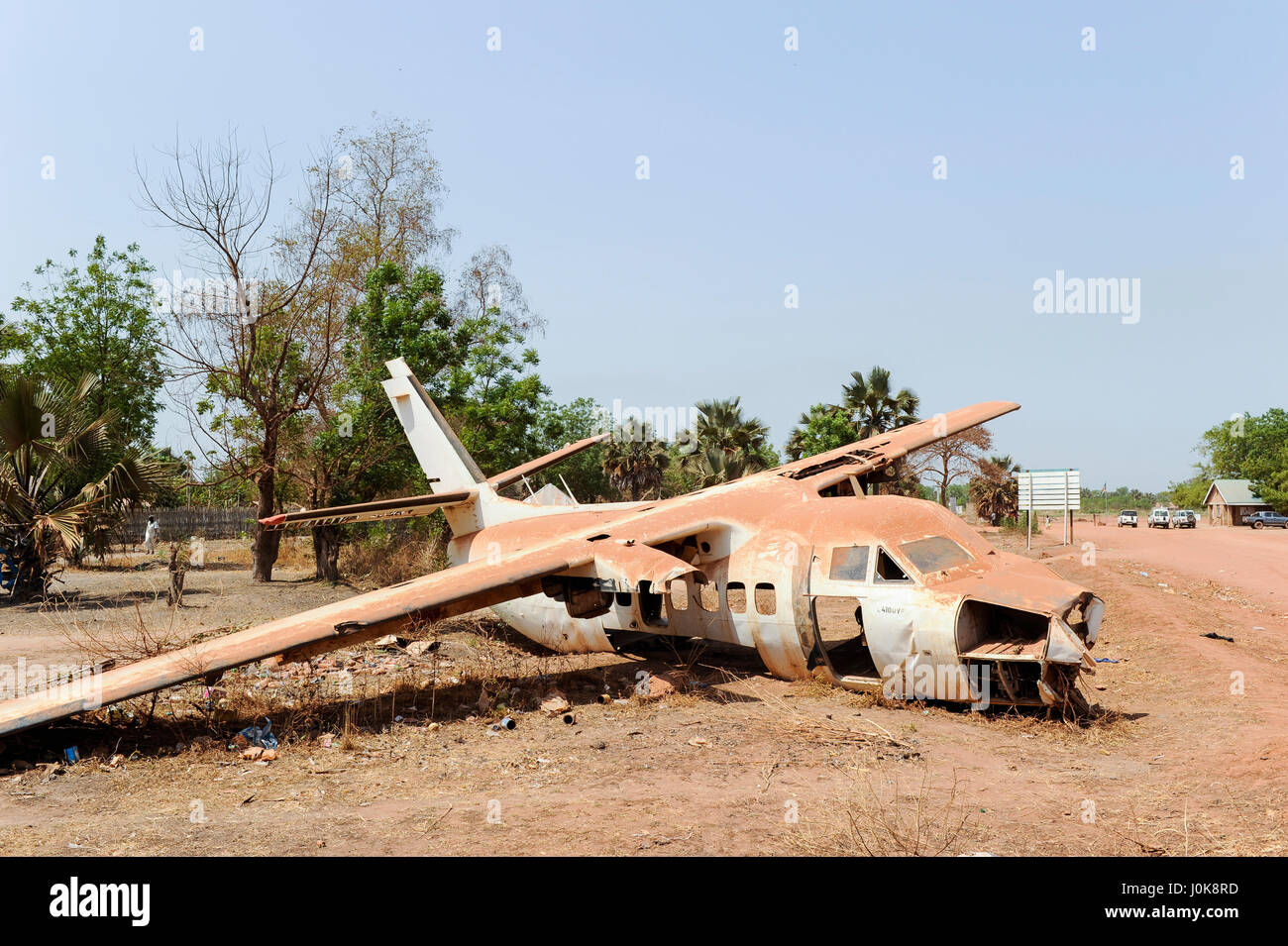 SOUTH SUDAN, Lakes state, Rumbek, crashed aircraft at road to airport gate, welcome and safe travel / SUEDSUDAN - Stock Image