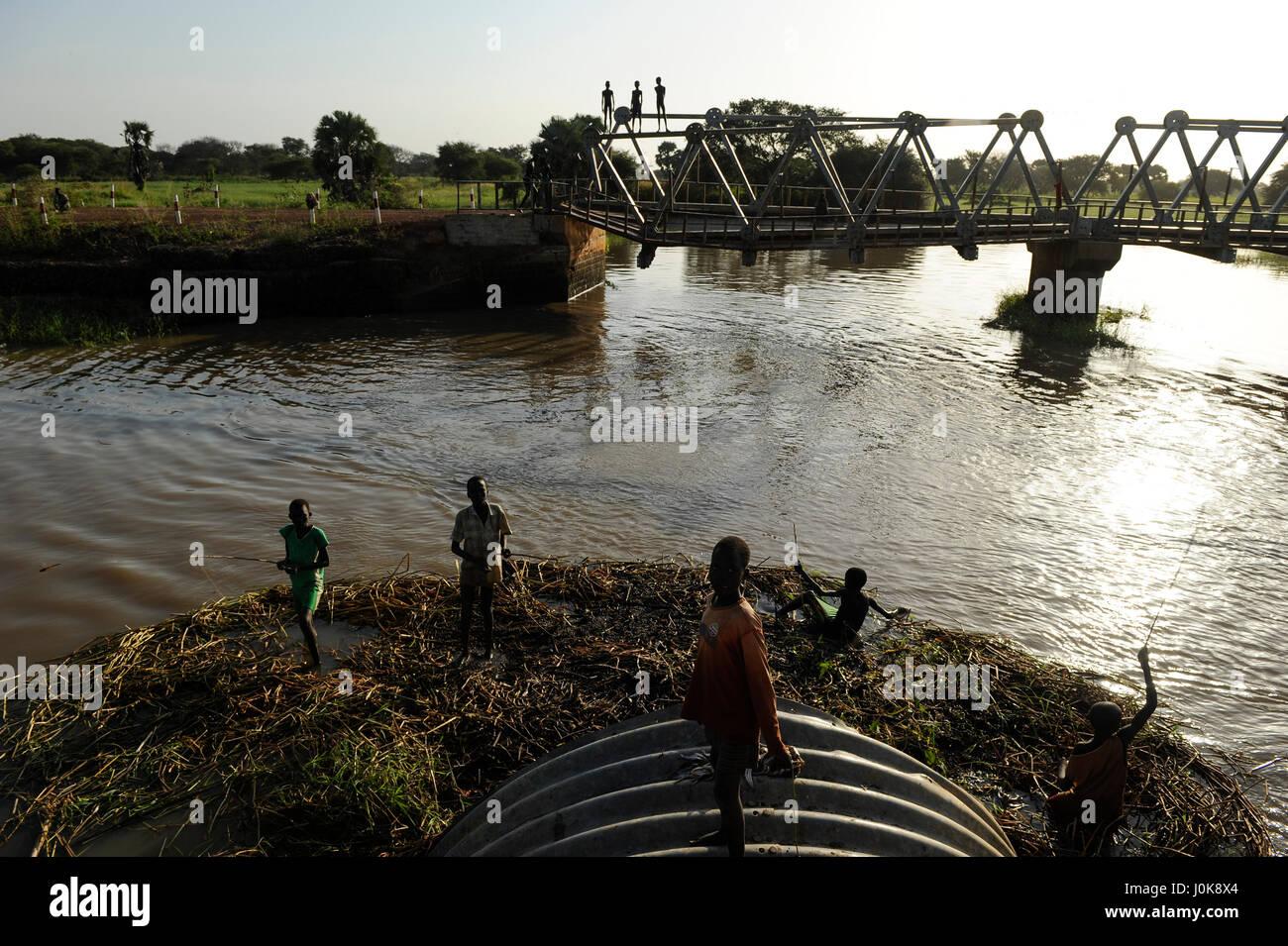SOUTH SUDAN Lakes state, Rumbek, boys catching fish at Bamam bridge / SUED SUDAN, Junge angeln an der Bamam Bruecke - Stock Image
