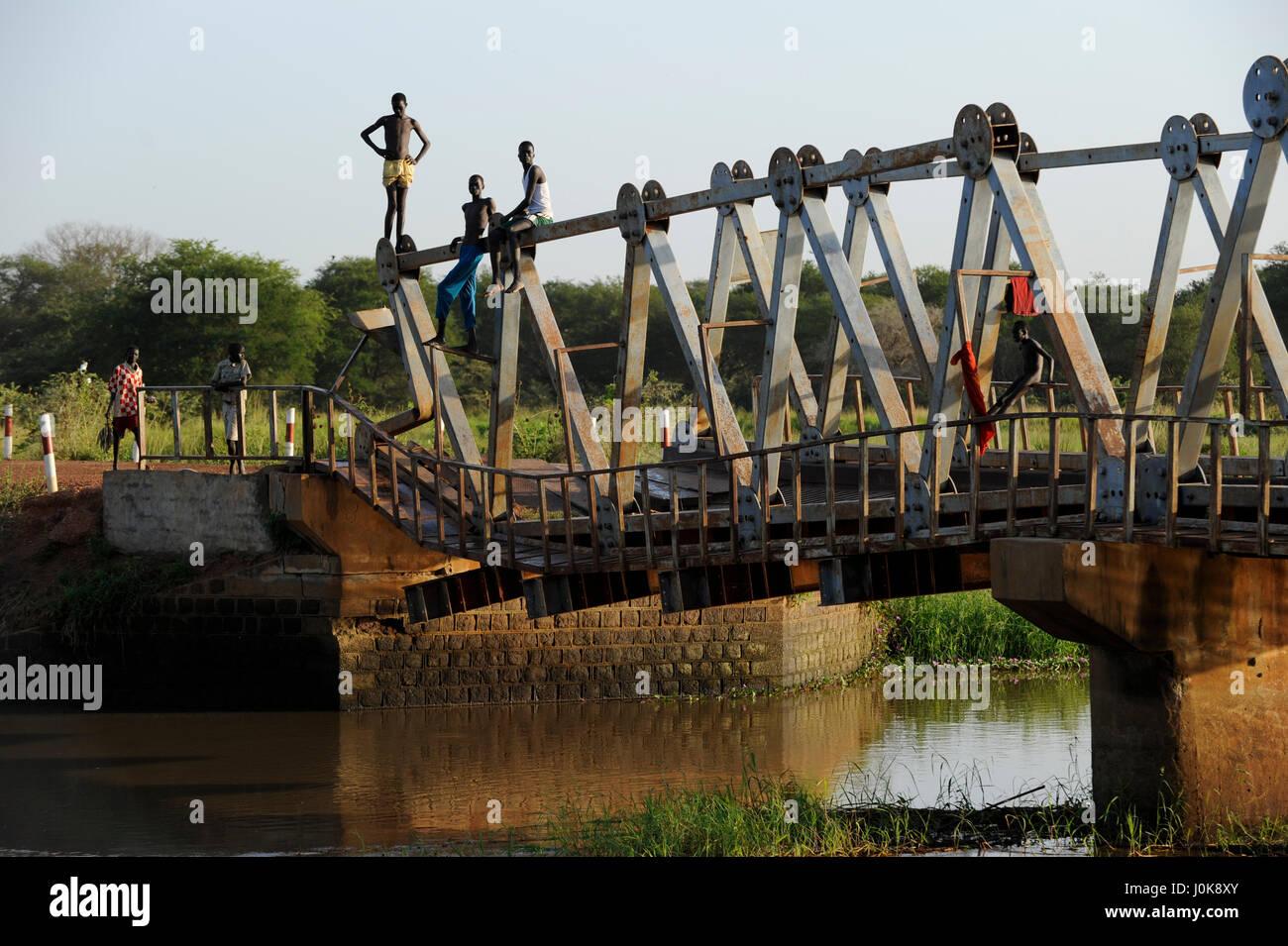 SOUTH SUDAN Lake States, road between Rumbek and Juba at Bamam bridge / SUED SUDAN Bahr el Ghazal Region , Lakes - Stock Image