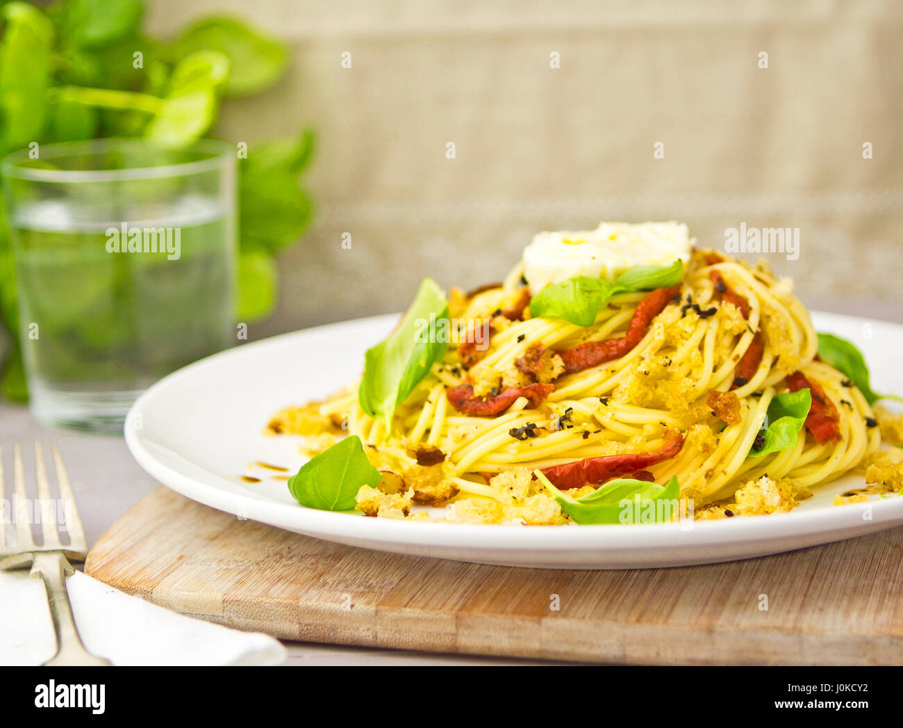Spaghetti with sun dried tomatoes basil mozzarella - Stock Image