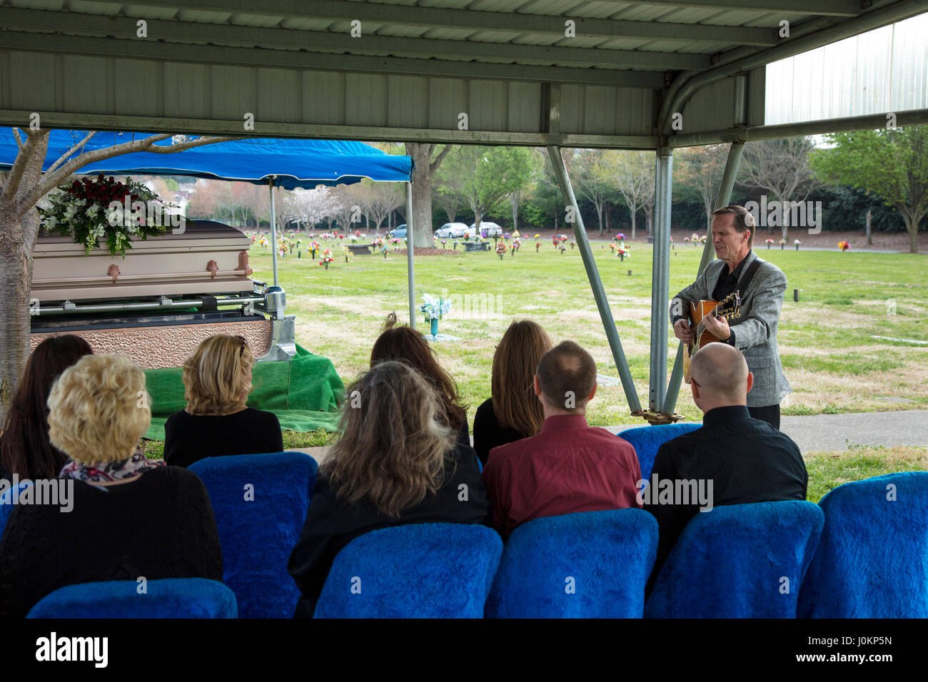 Artist sings at family graveside service for loved one, Hendersonville, Tennessee, USA - Stock Image