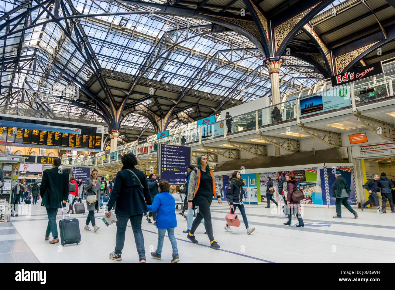 Commuters walkng through Liverpool Street station in London - Stock Image