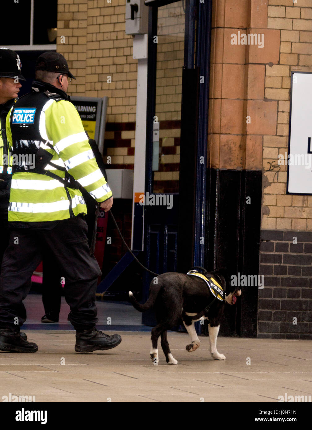Leicester, UK. Thursday 13th April 2017. Police carring out their final check before Her Majesty Queen Elizabeth - Stock Image
