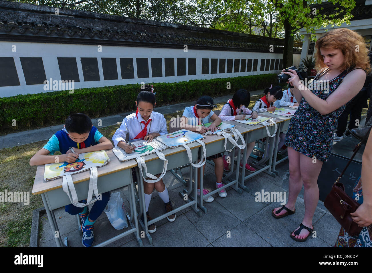 (170415) -- TONGXIANG, April 15, 2017 (Xinhua) -- Foreign visitors record videos of children drawing on environment - Stock Image
