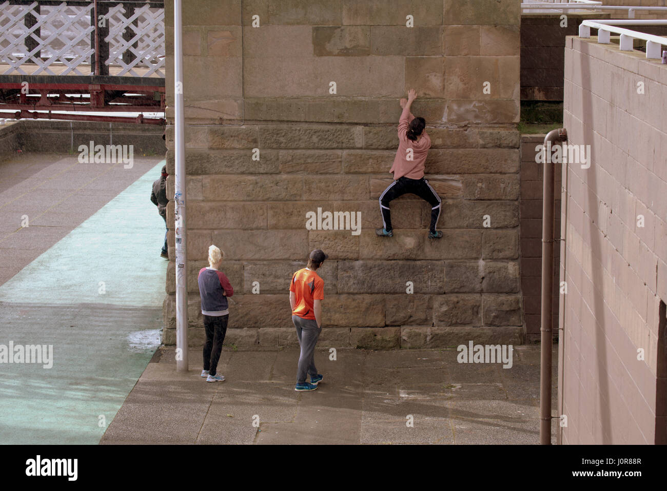outdoors parkour climbing young people free style - Stock Image