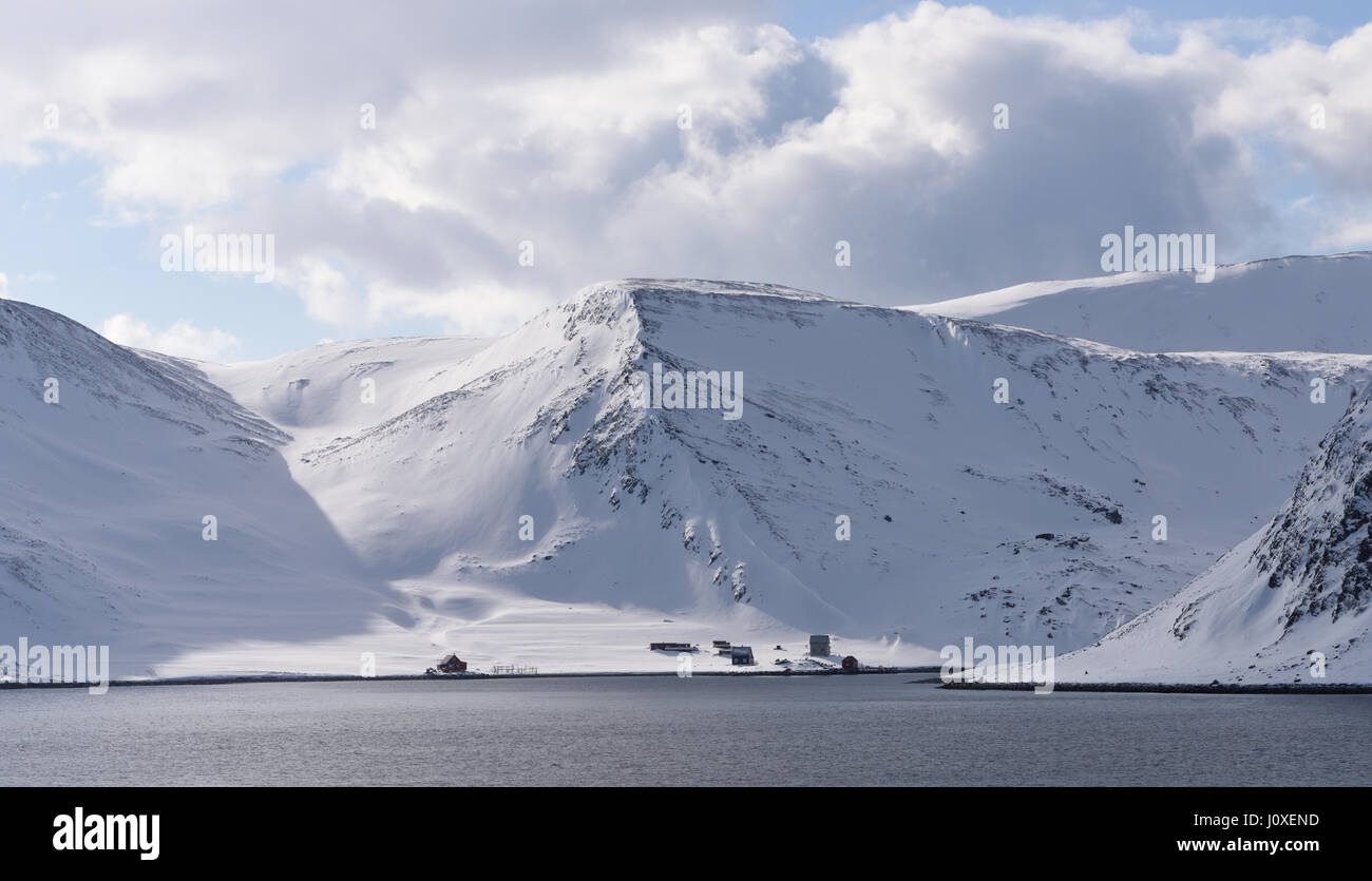Houses and boat houses on the coast near  Honningsvag, the northernmost city in Norway. Honningsvåg, Nordkapp, - Stock Image