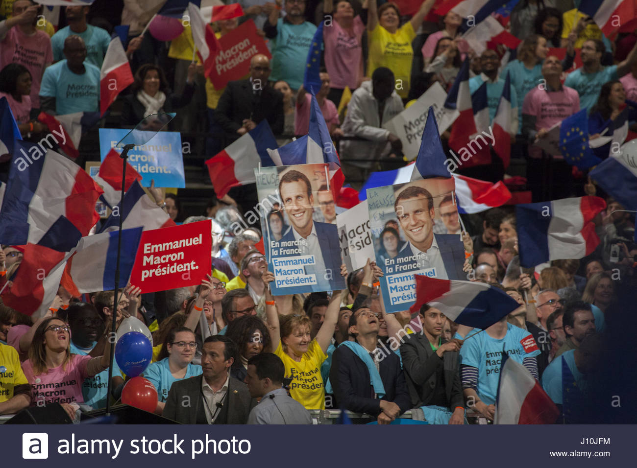 Paris, France. 17th Apr, 2017. Supporters of French presidential candidate Emmanuel Macron cheer as he delivers - Stock Image