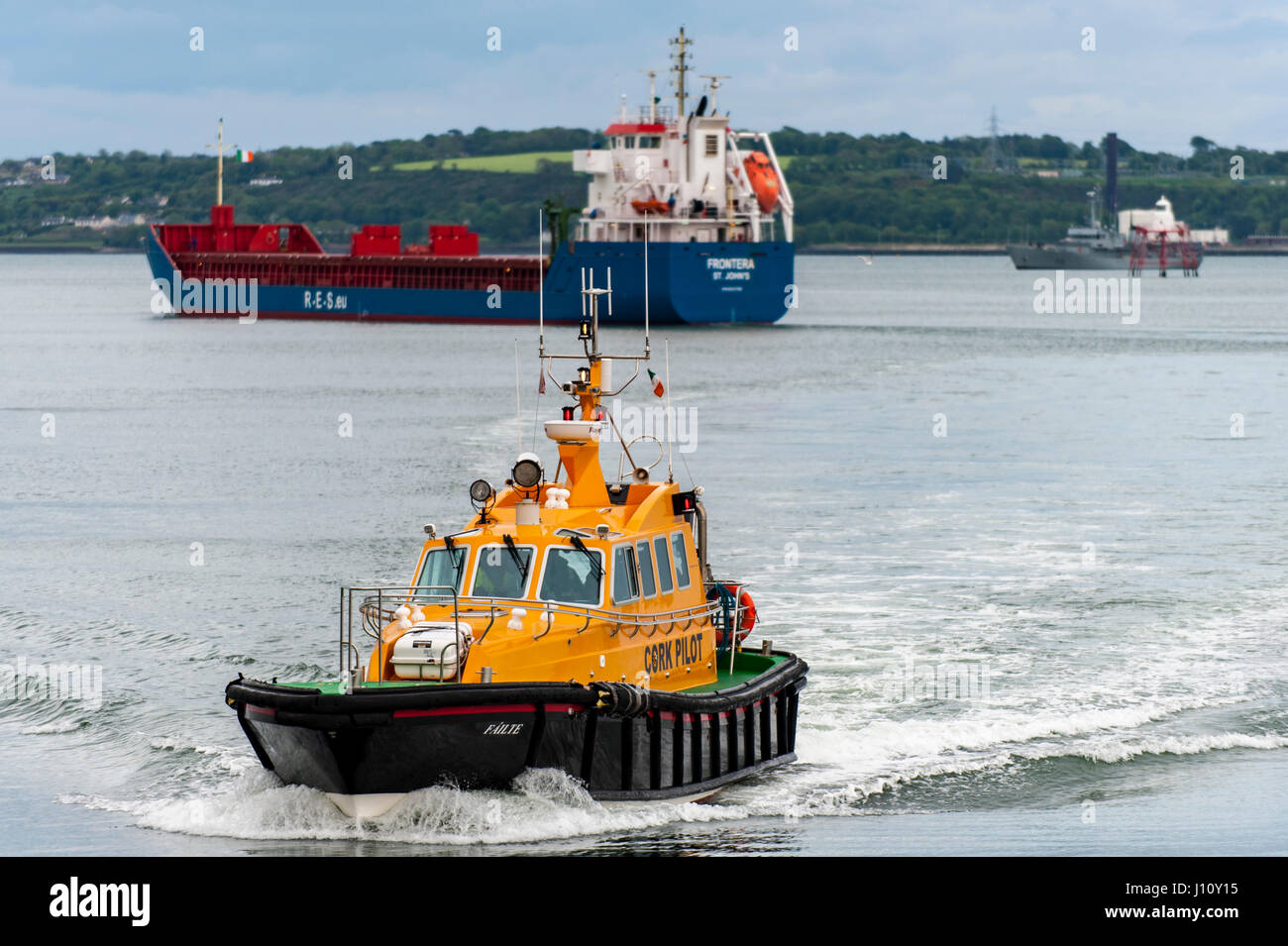 Cork Pilot boat 'Failte' approaches the dock having disembarked the pilot from general cargo ship 'Frontera' - Stock Image