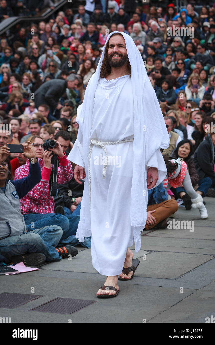London, UK. 14th April 2017. Hundreds of people watching The Passion of Jesus. Recreating the story of the crucifixion - Stock Image