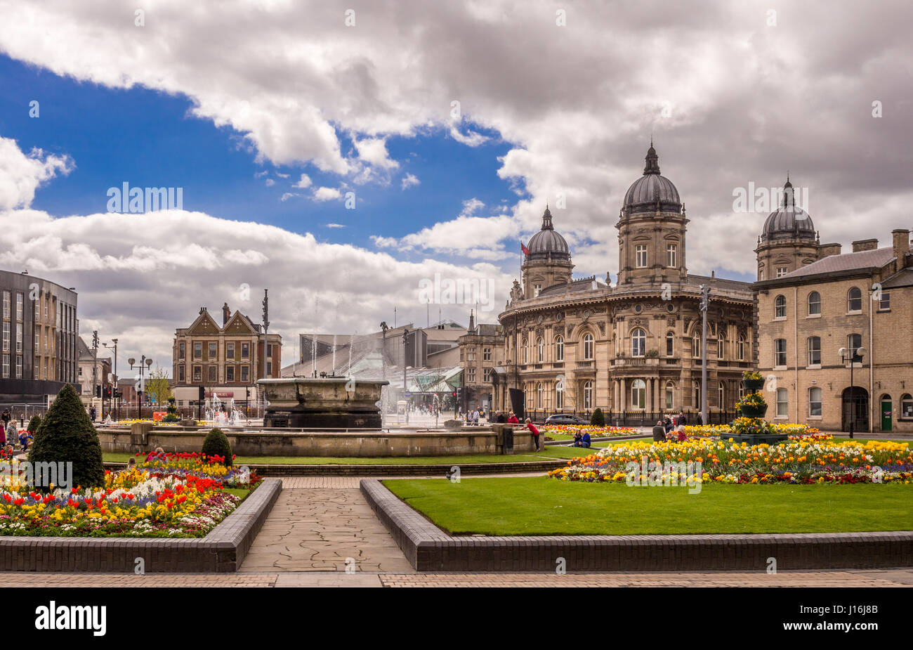 Rosebowl fountain and flower beds, Queen's Gardens, Hull. Maritime museum and Princes Quay shopping centre in - Stock Image