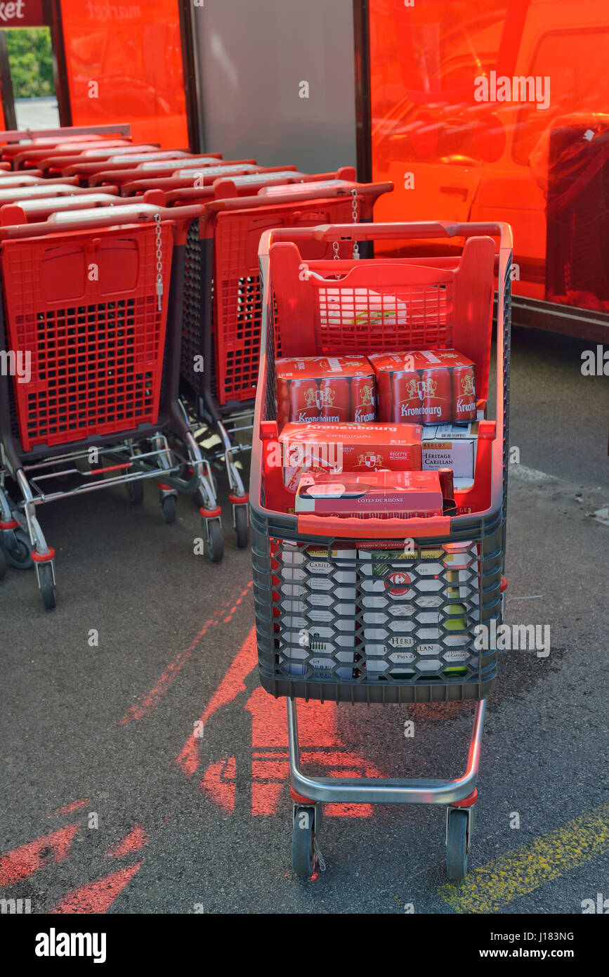 Shopping trolley loaded with cheap beer and wine in France - Stock Image