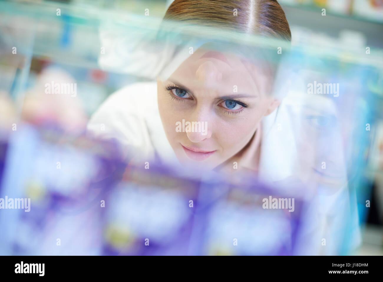 Headshot of attractive female pharmacist - Stock Image