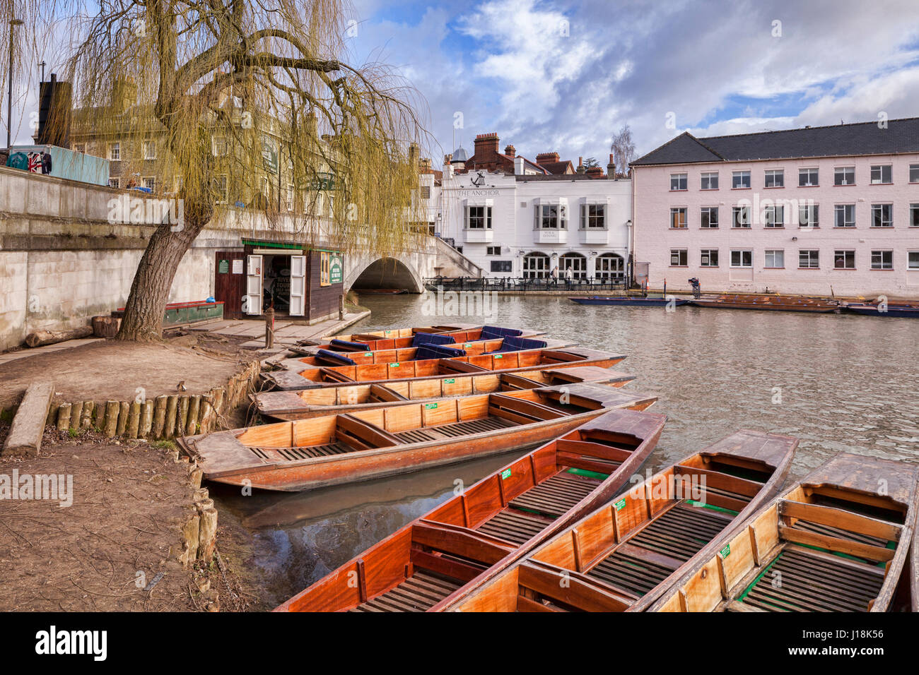 Punts beside the River Cam, Cambridge, England. Opposite is The Anchor public house. - Stock Image