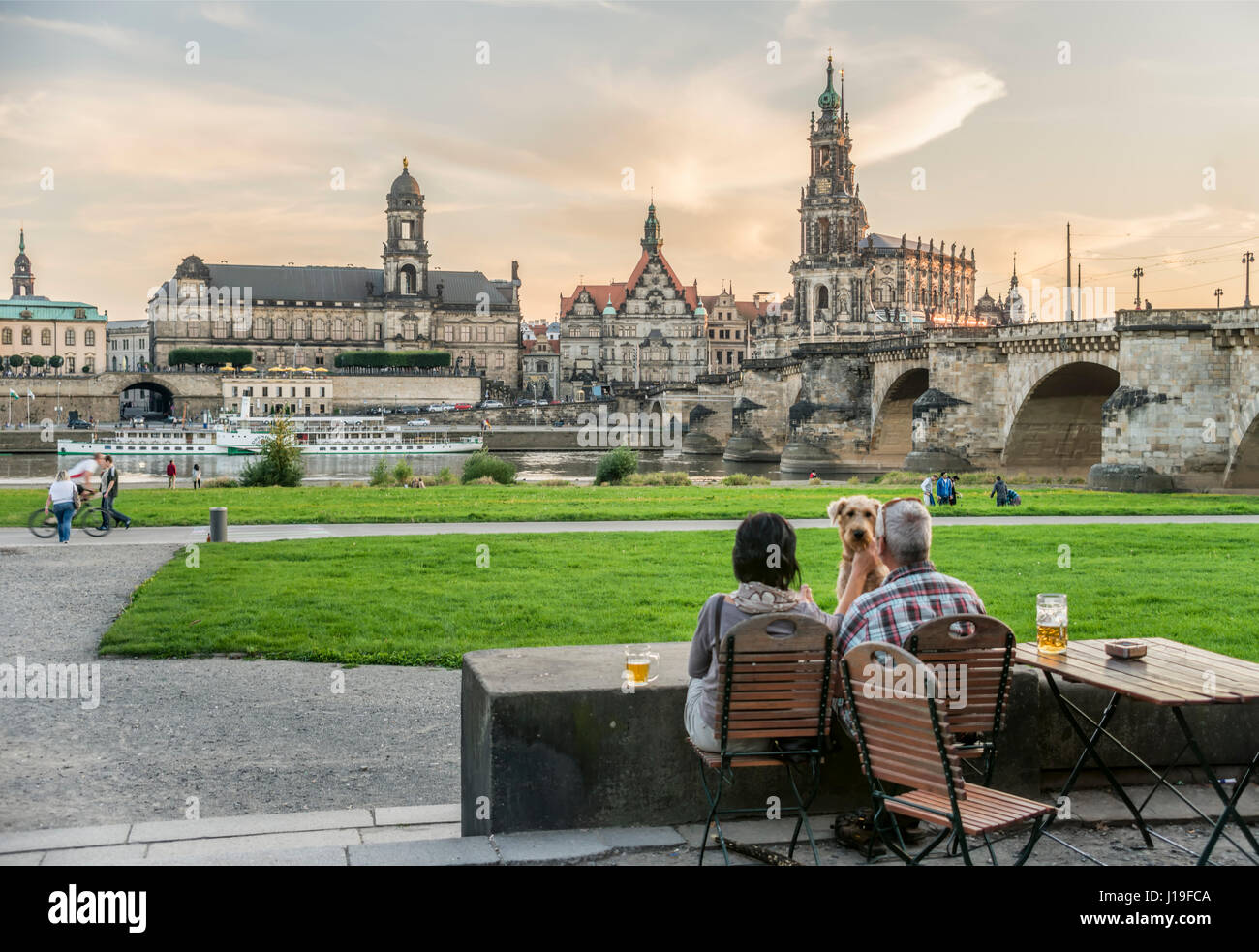 People enjoy sunset in front the Dresden skyline, Saxony, Germany. | Leute geniessen den Sonneuntergang vor Dresdener - Stock Image