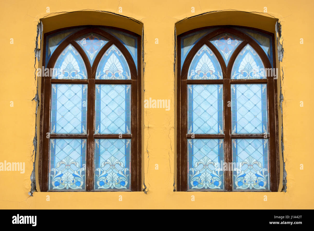 Contemporary Old Windows Used As Wall Decor Motif - The Wall Art ...