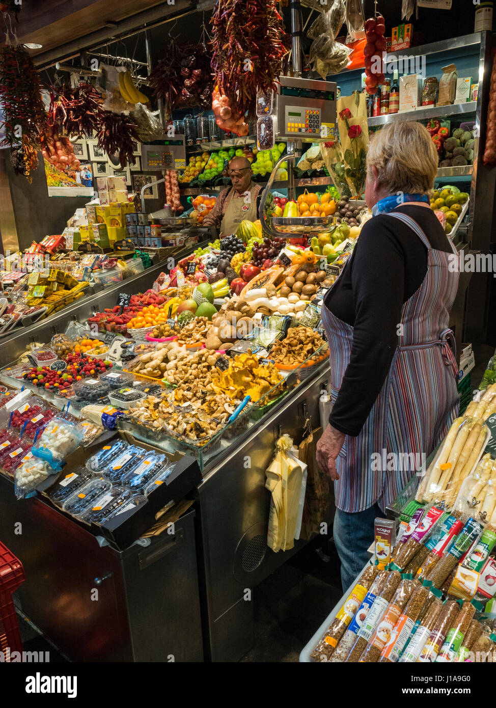 A marriage of fruit trees await the arrival of customers to their beautiful stop of the Boqueria market. - Stock Image