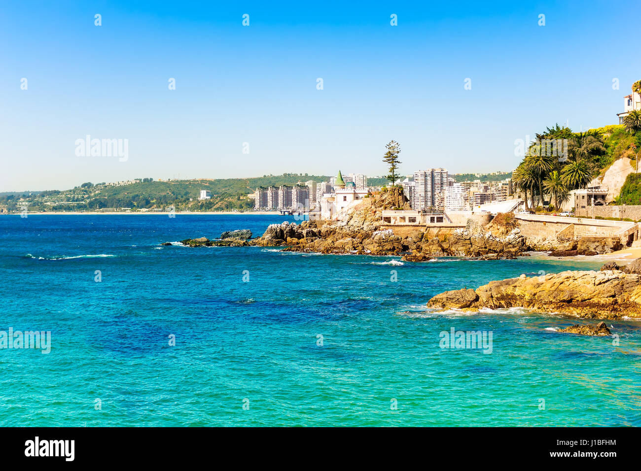 Seaside with bright blue water in Vina del Mar, Chile - Stock Image