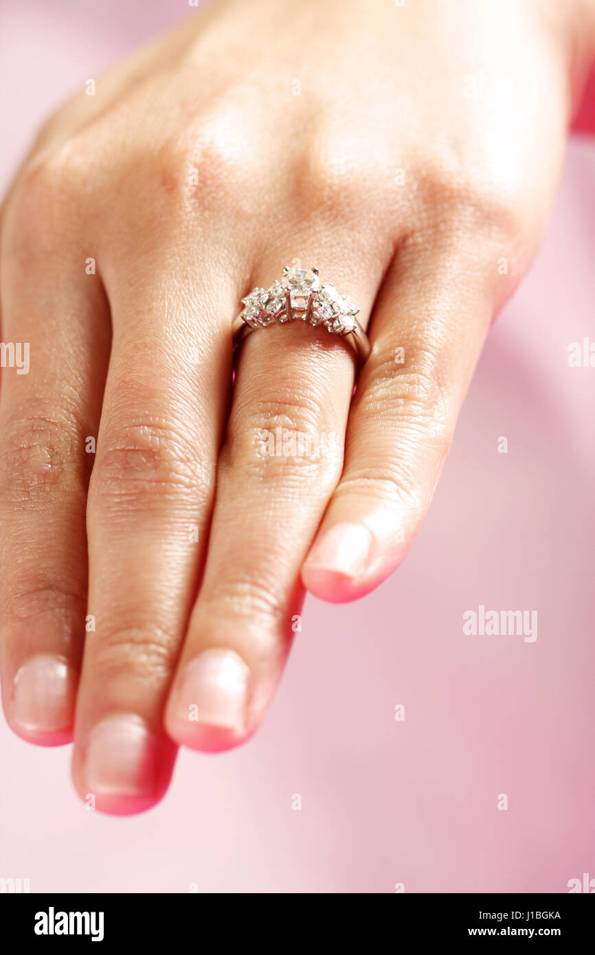 A woman hand wearing a diamond ring Stock Photo: 138552158 - Alamy