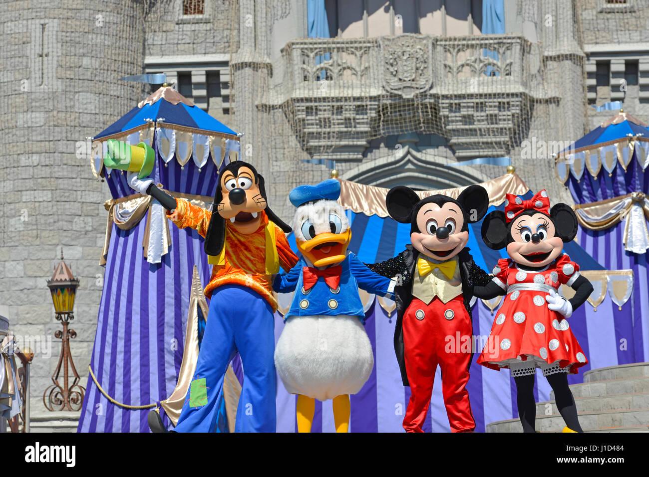 Disney Characters, Mickey Minnie Goofy Donald Duck, Cinderella Castle at Magic Kingdom, Disney World Resort, Orlando - Stock Image