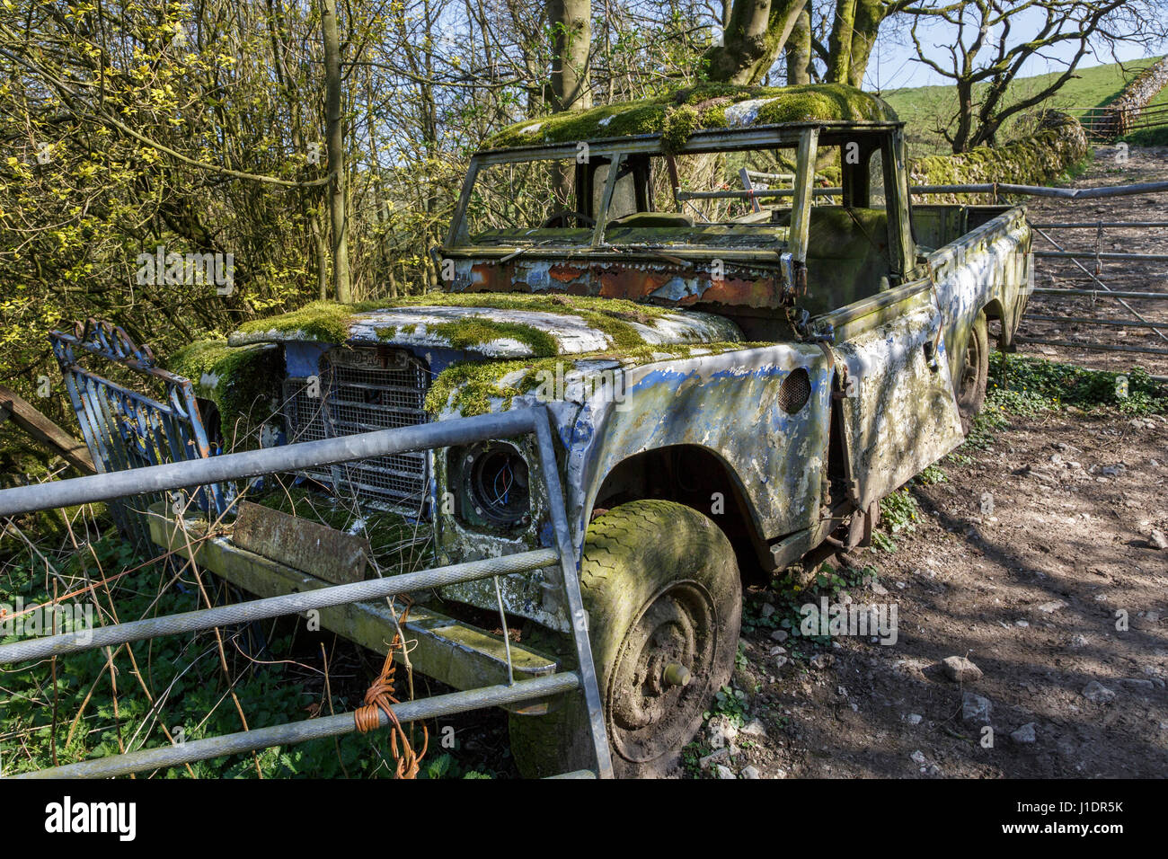 Abandoned Land Rover in a farmyard at Narrowdale, Peak District National Park, Staffordshire, England - Stock Image