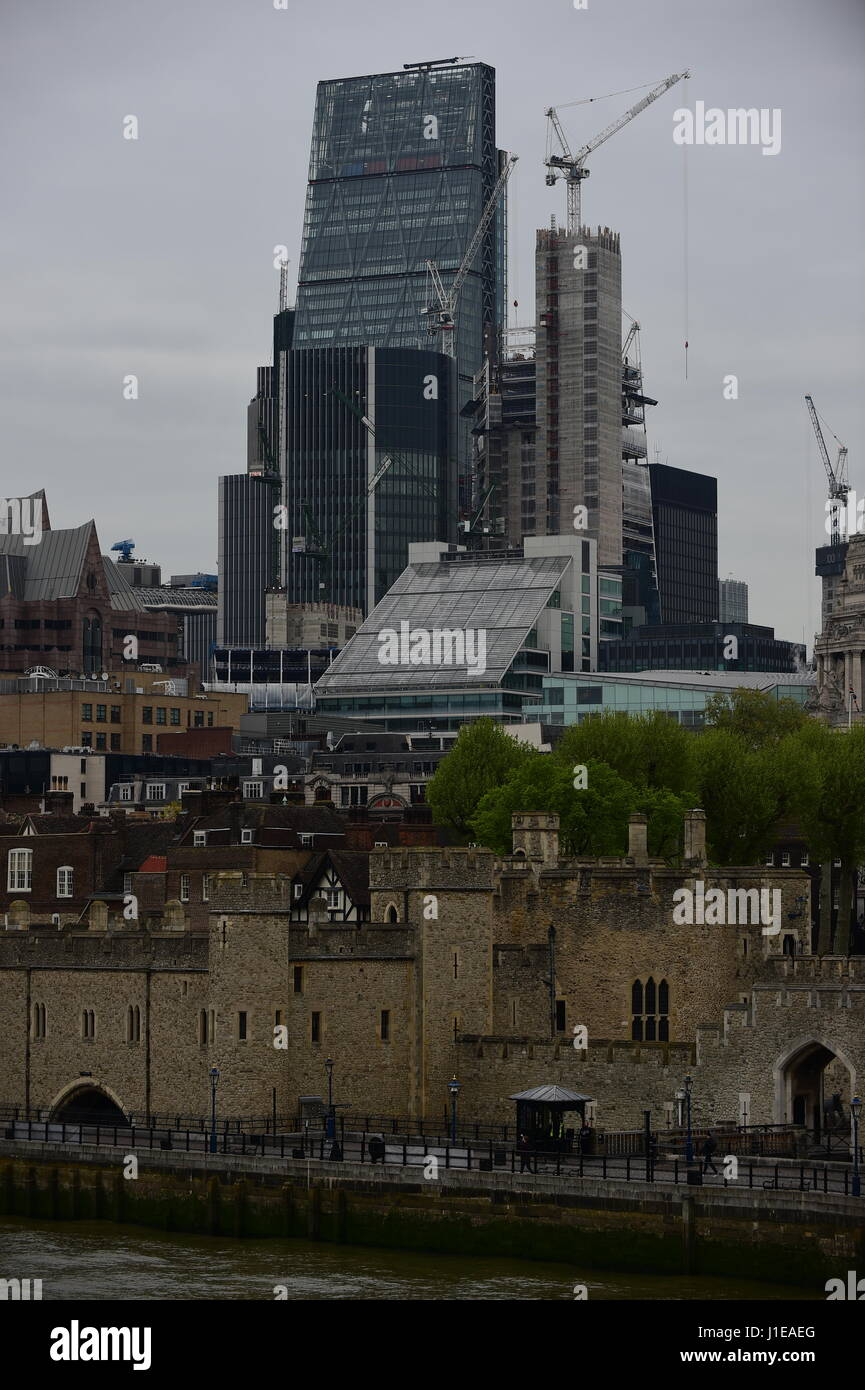 London, UK. 21st April 2017. Grey and mild morning during London rush hour. Credit: Malcolm Park/Alamy Live News. Stock Photo