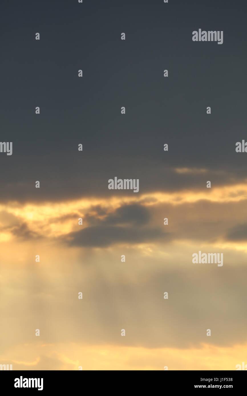 Sonne und Wolken am Himmel - Stock Image