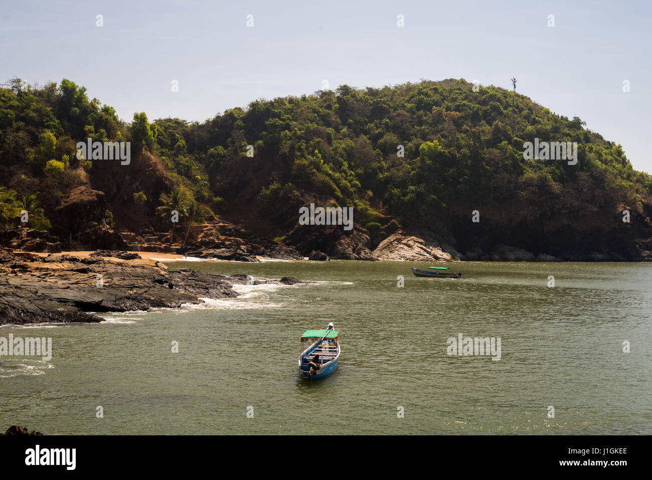 Boat approaching shore - Stock Image