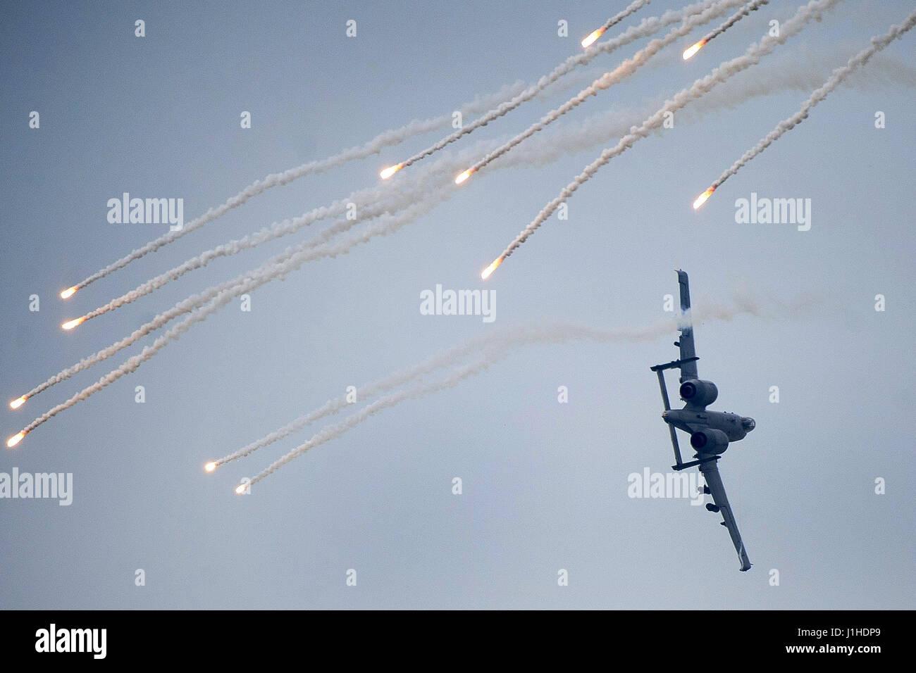 An A-10 Thunderbolt II shoots flares - Stock Image