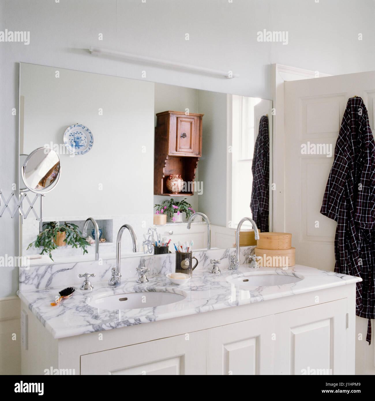Old Washbasin Bathroom Sink Stock Photos & Old Washbasin Bathroom ...